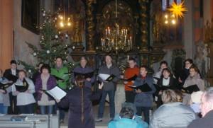 """Der Kirchenchor Römhild bei seinem Auftritt zur """"Weihnachtsmusik im Kerzenschein"""" am 2. Weihnachtsfeiertag."""